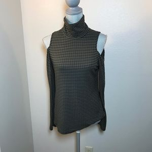 Gibson cold shoulder top size large